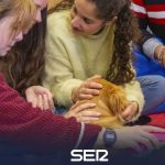 Dog therapies to calm students during exam time | Radio Granada - Health Insurance