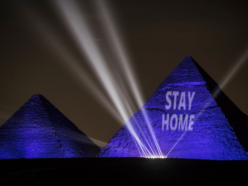 """Le message """"Stay Home"""" (""""Restez chez vous"""") affiché sur les pyramides de Gizeh le 18 avril 2020"""