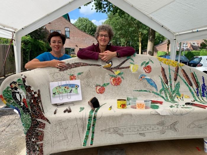 initiatiefnemer Astrid de Roos (rechts) met Angela van Rossum, Ons groen en eigenaar van tuinvolbloemen.com